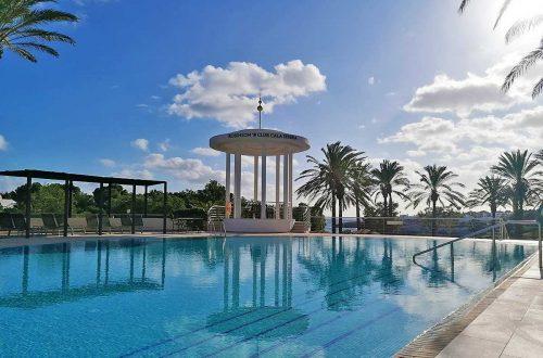 Pool mit Palmen und blauem Himmel